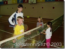 Занятия секции тенниса в спортзале ДЮСШ проводит Колосов Никита. Теннис в Долгопрудном. 2003 год.
