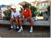 Главное - вовремя подкрепиться. Никита Иванченко и Миша Дорофеев на набережной Умага.