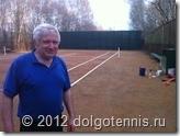 Шота Акакиевич Меликидзе готовит теннисный корт к предстоящему сезону. Апрель 2012 г.