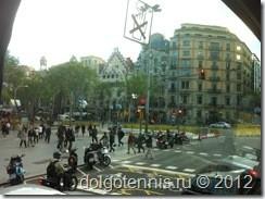 Из окна автобуса: Дом Амалье́ (кат. Casa Amatller) и Дом Бальо́ (кат. Casa Batlló). Арх. Антонио Гауди.