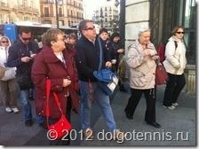 Наш гид Михаил проводит пешеходную экскурсию по Мадриду.