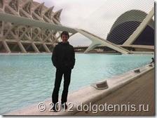 Никита на фоне трёх творений Сантьяго Калатравы: Научного музея (El Museu de les Ciències Príncipe Felipe), Океанографического парка (L'Oceanogràfic) и футуристического моста El Puente de l'Assut de l'Or.