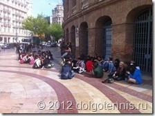 Испанцы не любят стоять - предпочитают ждать сидя.
