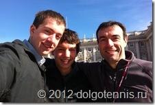 Миша Дорофеев, Никита Иванченко и Тимофей Кобец на площади перед Королевским дворцом в Мадриде