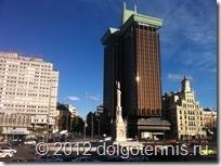 Башни-близнецы Torres de Colón на площади Колумба (Plaza de Colon).  Памятник Христофору Колумбу.