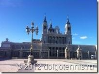 Королевский дворец (Palacio Real). Используется для торжественных государственных приемов, здесь открыт музей. Сам король живет за городом, во дворце Сарсуэла (Palacio de la Sarsuela).