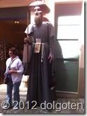 Очень высокий мужчина повстречался нам в Бесалу