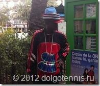 В Валенсии в моде многослойные шляпы и клоунские очки