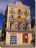 Таррагона: странный народ на балконах. А на первом этаже живёт лошадка!