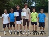 Теннис - Долгопрудный. На открытом корте перед тренировкой вручены книжки перворазрядников Дорофееву и Иванченко.