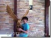 Владик Серафимов с птицей в каминном зале