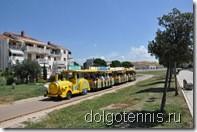 Туристический поезд связывает центр Умага с зоной отелей.
