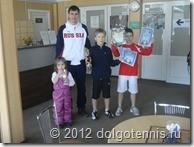 Денис Романов - главный судья соревнований с дочкой и победителями турнира.