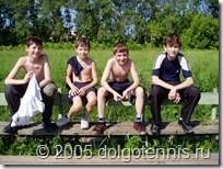 Летний лагерь 2005 г. Даня Греков, Саша Попов, Миша Дорофеев и Рома Барбосов на стадионе МФТИ.