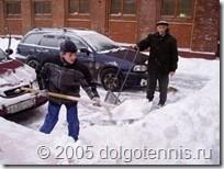 Теннис в Долгопрудном. Ваня Скроцкий убирает снег у крыльца спортшколы. 2005 г.