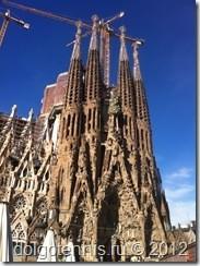 Искупительный храм Святого Семейства (кат. Temple Expiatori de la Sagrada Família) строится с 1882 года по сей день. Архитектор Антонио Гауди.