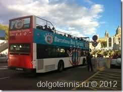 Туристический автобус с открытым верхом - прекрасная возможность познакомиться с Барселоной.