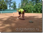 Тренер ДЮСШ Максим Никаноров - специалист по технологии укладки линий разметки грунтового теннисного корта.