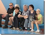 Теннис в Долгопрудном. Никита Иванченко ожидает своего запуска в окружении семьи на соревнованиях в спортзале ДЮСШ  11 мая 2009 г.